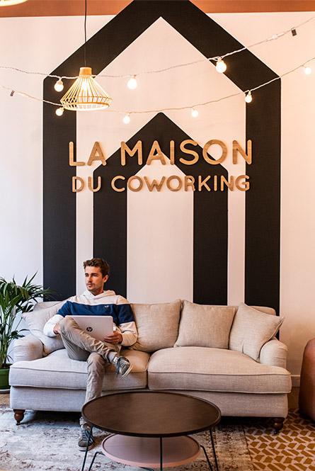 Coworker travaillant dans un espace convivial et chaleureux de coworking