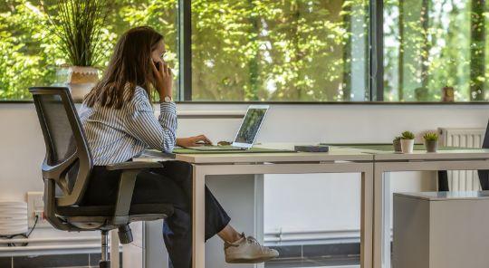 femme au téléphone travaillant dans un open-space de coworking