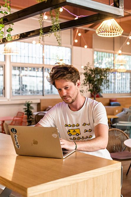 Homme travaillant dans un open space de la maison du coworking