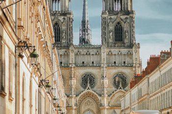 Vue sur la cathédrale d'Orléans depuis les espaces piétons